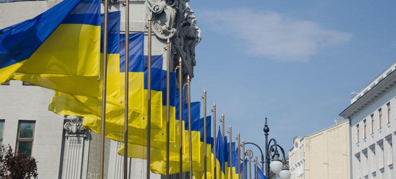 Drapeaux ukrainiens en face de la maison aux chimères, Kiev.