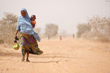 Une femme et son enfant malnutri quitte un centre d'alimentation thérapeuthique de l'UNICEF dans la région de Maradi, au Niger (photo archives).