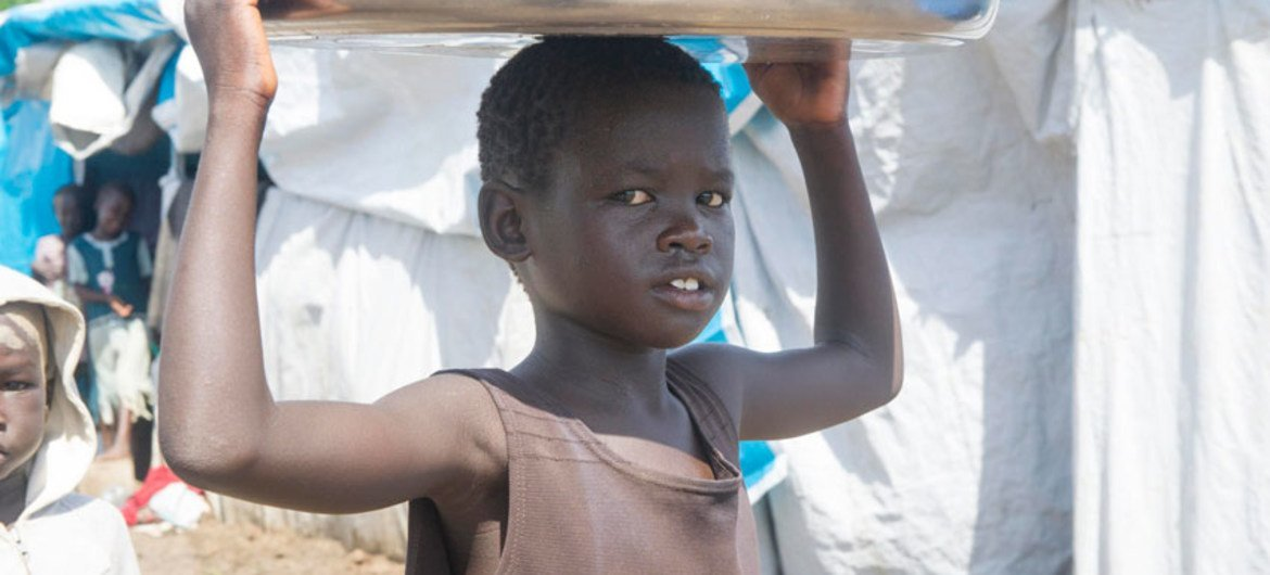 A child carrying water at the Tomping civilian protection site, 6 May 2014.