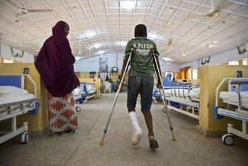 Cet adolescent âgé de 14 ans a été blessé quand des hommes armés ont attaqué son école au Nigéria. Photo ONU/Isaac Billy