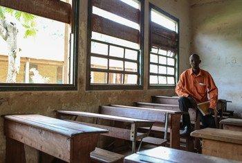 Marc Tamara, un professeur de français dans un lycée à Guango après que celui-ci a été pillé. Photo UNICEF/Matas