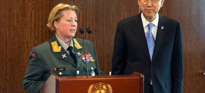 Le général Kristin Lund avec le Secrétaire général Ban Ki-moon. Photo ONU/Mark Garten