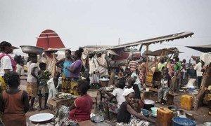 Des personnes déplacées à l'aéroport de Bangui, en République centrafricaine.