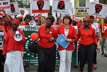 Une manifestation à Lagos, au Nigéria, réclamant la libération des lycéennes enlevées. Photo ONU