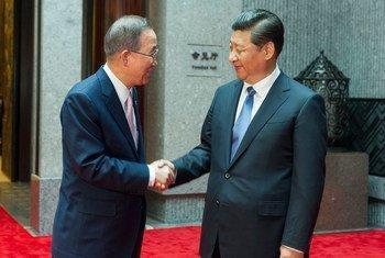 El Secretario General de la ONU, Ban Ki-moon,  saluda al presidente de China, Xi Jinping  Foto archivo:  ONU/Mark Garten