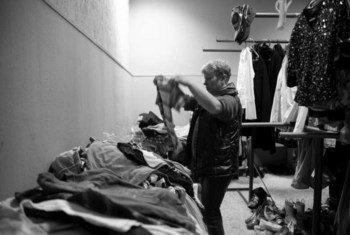 一位来自克里米亚的流离失所者在乌克兰的一个疗养院收拾衣物。