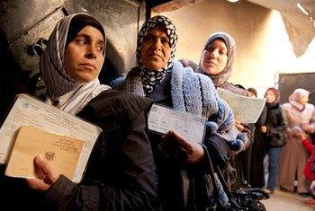 Mujeres palestinas en un centro de distribución de ayuda del OOPS en Damasco