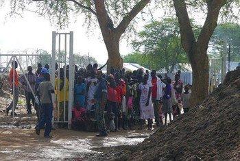 位于琼莱州首府的南苏丹特派团基地里,内部流离失所者正排队领取援助食物和木炭。