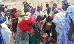 Des agences humanitaires apportent de l'aide aux gens déplacés par les violences commises par Boko Haram au Nigéria. Photo IRIN/Aminu Abubakar