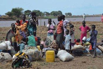 مجموعة من النساء والأطفال يعبرون الأراضي الإثيوبية بعد عبور نهر بارو من جنوب السودان. صورة من مفوضية شؤون اللاجئين