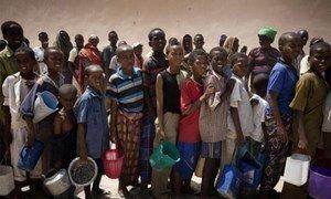 Des enfants attendent une distribution de nourriture par l'UNICEF à Mogadiscio, en Somalie. Photo UNICEF/Kate Holt