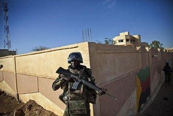 تقوم قوات حفظ السلام التابعة للامم المتحدة من توغو بحراسة محيط  مبنى المحافظ في كيدال، مالي. صور الأمم المتحدة / ماركو دورمينو