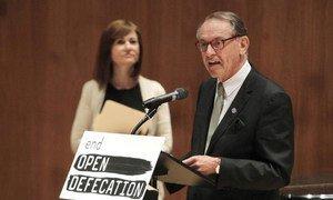 Le Vice-Secrétaire général, Jan Eliasson, lors du lancement de la campagne pour mettre fin à la défécation en plein air. Photo ONU/Devra Berkowitz