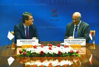المدير العام لمنظمة التجارة العالمية  السيد روبرتو ازيفيدو يتسلم صك قبول عضوية اليمن من وزير التجارة والصناعة اليمني السبد سعد الدين طالب. صورة من منظمة التجارة العالمية.