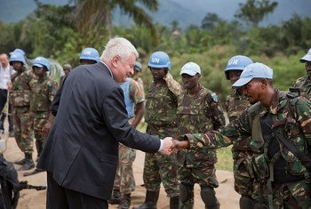 وكيل الأمين العام لعمليات حفظ السلام هيرفي لادسوس يحي أفراد بعثة منظمة الأمم المتحدة لتحقيق الاستقرار في جمهورية الكونغو الديمقراطية. صور الأمم المتحدة / سيلفان يكتي