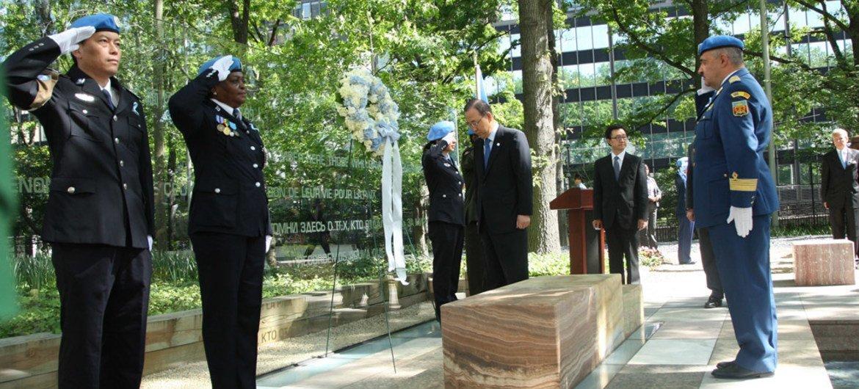 Le Secrétaire général Ban Ki-moon (au centre) dépose une gerbe en hommage aux Casques bleus. Photo ONU/Devra Berkowitz