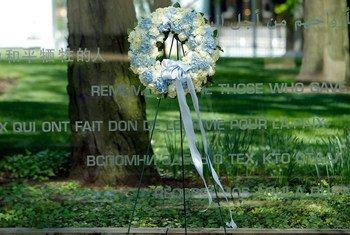 إكليل من الزهور تكريما ل106 فرد من قوات حفظ السلام لقوا حتفهم العام الماضي أثناء خدمتهم تحت راية الأمم المتحدة. صور الأمم المتحدة / بيركوفيتش