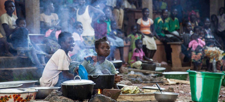 Des personnes déplacées dans une église à Bossangoa en République centrafricaine.