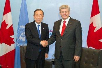 Le Secrétaire général Ban Ki-moon avec le Premier ministre canadien Stephen Harper.