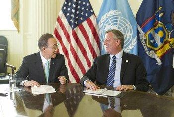 El Secretario General de la ONU, Ban Ki-moon, se reune con el alcalde de Nueva York, Bill de Blasio, en el ayuntamiento  Foto; ONU/Mark Garten