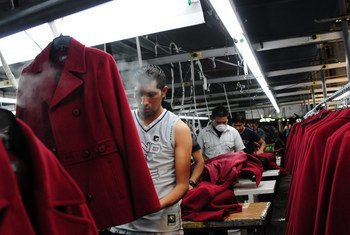 Des hommes travaillent dans une usine qui fabriquent des manteaux à Chimaltenango, au Guatemala. Photo Banque mondiale/Maria Fleischmann