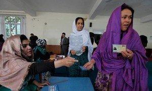 Des femmes à Kaboul votent au second tour de l'élection présidentielle. Photo MANUA