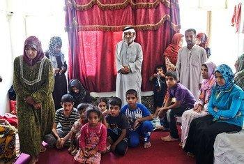 أفراد من أسرة عراقية نازحة وجدوا المأوى في فندق في مدينة أربيل بعد فرارهم من بيوتهم. تصوير: مفوضية شؤون اللاجئين / بالدوين