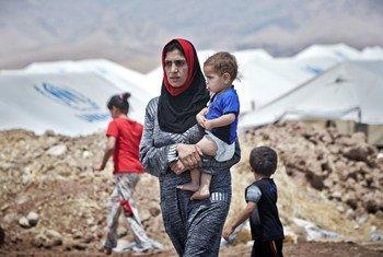 Une femme iraquienne de Mossoul avec son fils dans le camp de transit de Garmava, sur la route entre Mossoul et Duhok. Photo HCR/S. Baldwin