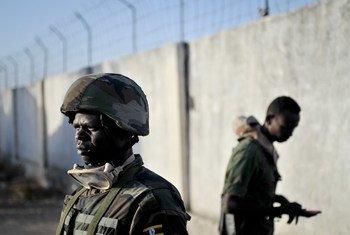 القوات الأوغندية، كجزء من بعثة الاتحاد الأفريقي في الصومال (أميسوم)، مع قوات من الجيش الوطني الصومالي. صور الأمم المتحدة / توبين جونز