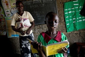 A female student of Hai Tokyo School on the outskirts of Juba, South Sudan participates in a English reading exercise. UNESCO/Mark Hofer (2011)