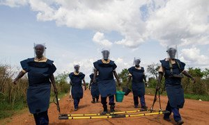 دائرة الأمم المتحدة للإجراءات المتعلقة بالألغام (UNMAS) بتنفيذ عمليات إزالة الألغام الآلية واليدوية في توريت ، بجنوب السودان (من الأرشيف)
