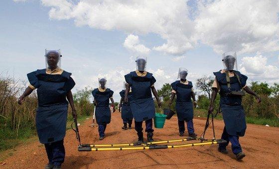 Funcionários da ONU fazem trabalho de descontaminação de minas em Torit, Sudão do Sul