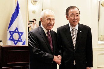 潘基文秘书长与以色列前总统佩雷斯。联合国图片/Evan Schneider