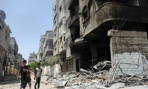 加沙地带北部的谢赫拉德万,几名巴勒斯坦儿童走过在以色列空袭中被毁的房屋。