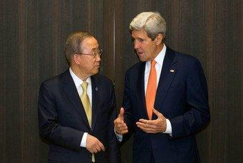 El Secretario General de la ONU, Ban Ki-moon, con el secretario de Estado de Estados Unidos, John Kerry, en Jerusalen  Foto archivo: ONU/Eskinder Debebe