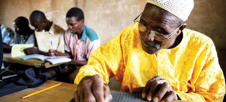 Un cours d'alphabétisation au Burkina Faso.