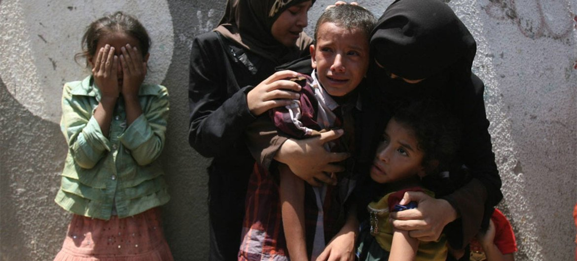 Palestinian children weep at the funeral for their loved ones in Rafah, southern Gaza Strip (15 July 2014).