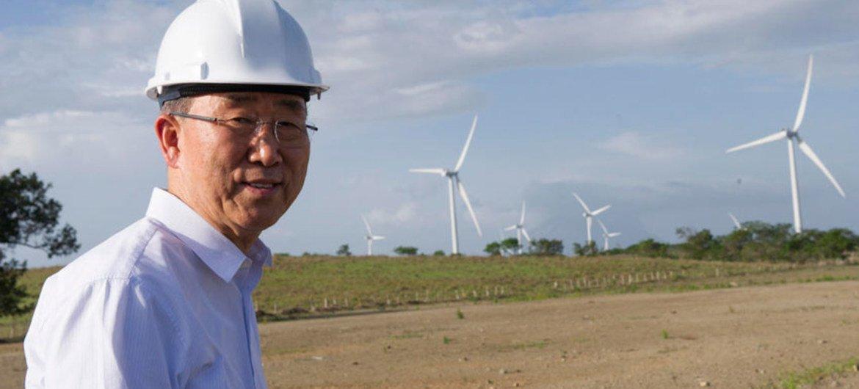 El Secretario General de la ONU, Ban Ki-moon,  duarnte su visita a un parque eólico en Nicaragua  Foto: ONU/Mark Garten