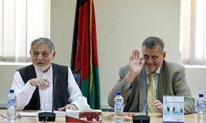 Le Représentant spécial pour l'Afghanistan, Jan Kubis (à droite), avec le Président du conseil des commissaires de la Commission électorale indépendante, Ahmad Yusuf Nuristani. Photo MANUA/Fardin Waezi