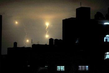 Des fusées des forces israéliennes illuminent le ciel à Gaza mardi 29 juillet 2014. Photo ONU/Shareef Sarhan
