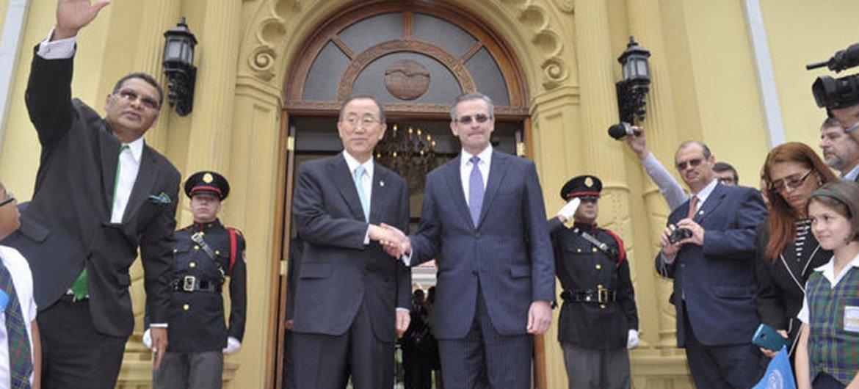 El Secretario General de la ONU, Ban Ki-moon, con el ministro de Exteriores de Costa Rica, Manuel González Sanz  Foto: ONU/MArk Garten
