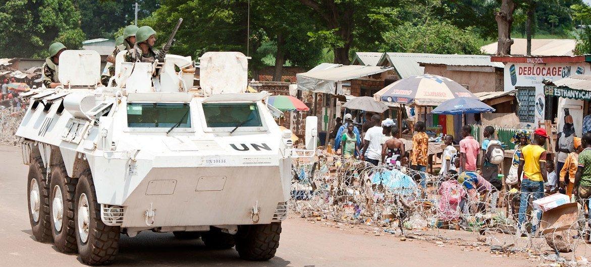 Un véhicule blindé marocain de la Mission multidimensionnelle intégrée des Nations Unies pour la stabilisation en République centrafricaine (MINUSCA).