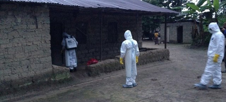 Des volontaires formés par l'OMS surveillent la situation dans les zones affectées par le virus Ebola.
