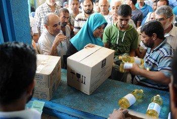 Distribución de comida a desplazados en Gaza.