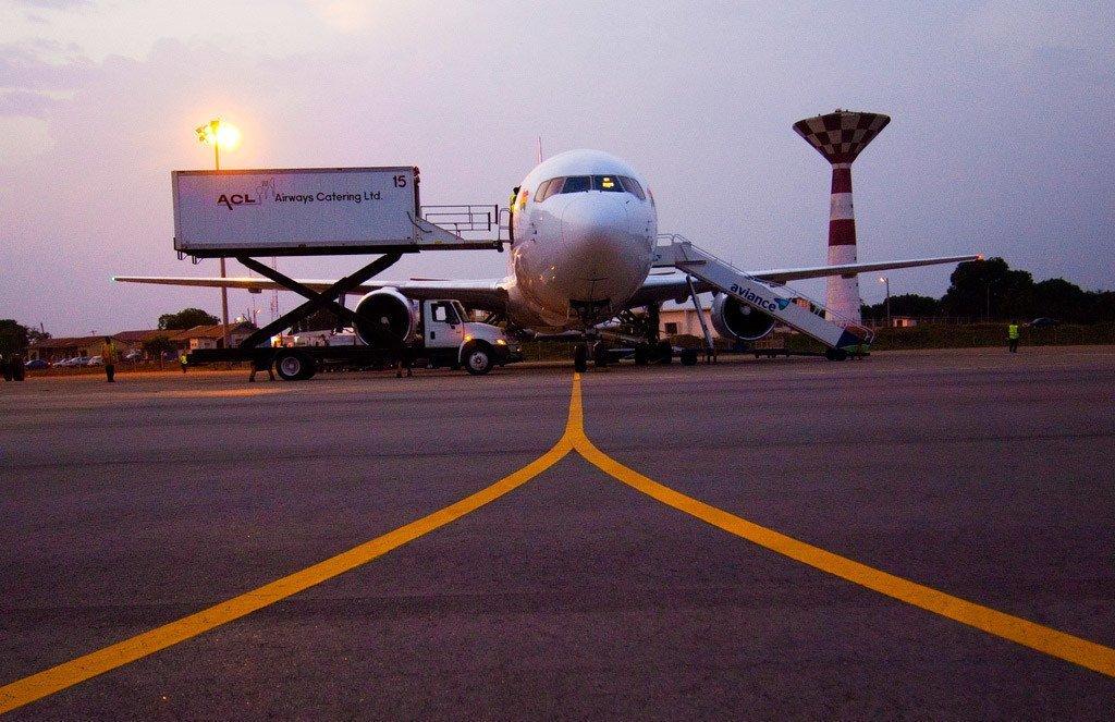 Un avion sur une piste d'aéroport (archive).