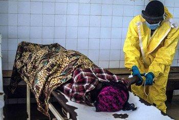 Un trabajador sanitario atiende a una paciente de ébola en Sierra Leona  Foto: RIN/Tommy Trenchard  .
