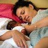 Mujer amamantando a su bebé en Belgrado, Serbia. Foto de archivo:  UNICEF/NYHQ2011-1166/Holt