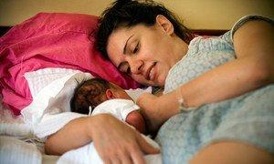 Mwanamke akimnyonyesha mtoto wake mchanga katika hospitali mjini Belgrade Serbia