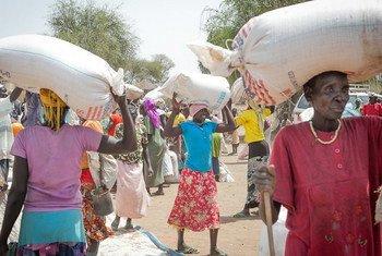 Distribución de alimentos a desplazados en Sudán del Sur  Foto:  PMA/Ahnna Gudmunds