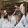 Voluntarios locales distribuyen ayuda humanitaria en Ucrania  Foto: